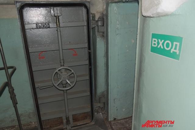 Дверь, ведущая в бомбоубежище внутри здания фабрики