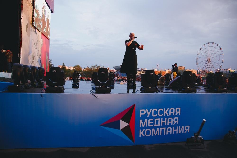 С праздником Победы челябинцев своими песнями поздравила Елена Ваенга.