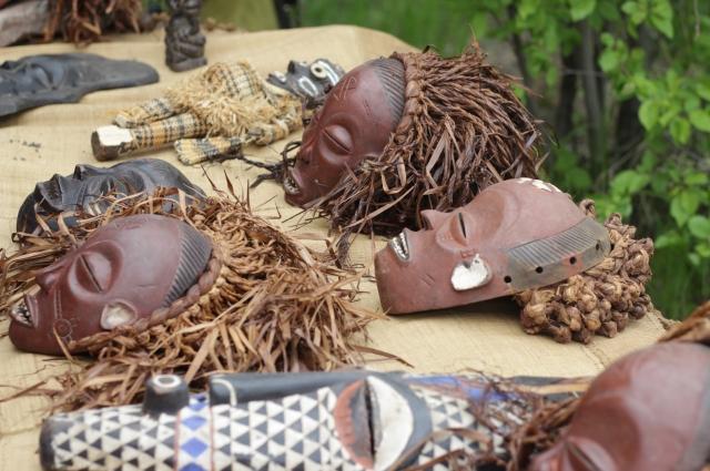 На празднике были представлены национальные маски.