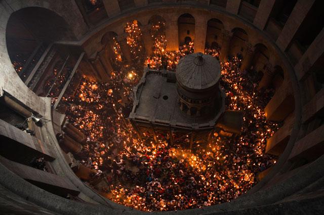 Храм Гроба Господня в сиянии свечей, зажжённых от лампады с Благодатным огнём