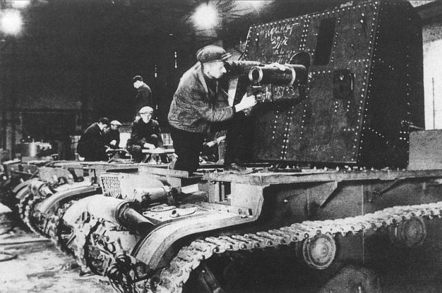 Установка 76-мм пушки на шасси танка Т-26. Завод имени Кирова, Ленинград, осень 1941-го. В ходе обороны Ленинграда в блокированном городе была налажена переделка танков Т-26 в самоходные орудия. После демонтажа башни на шасси Т-26 устанавливалась щитовая установка 76-мм полковой пушки. Некоторые эти машины дожили по меньшей мере до 1943 года и активно использовались в боях под Ленинградом, 1941.