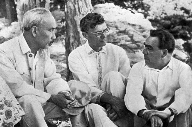 Хо Ши Мин, Михаил Суслов и Леонид Брежнев на отдыхе в Крыму. 1959 г.