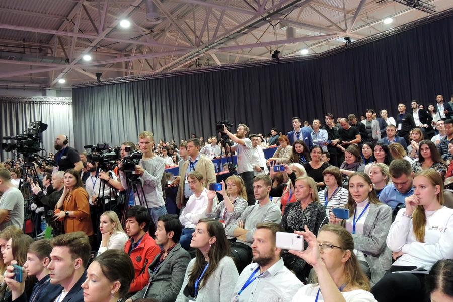 Зал на две тысячи мест с трудом вместил всех желающих увидеть Илона Маска.