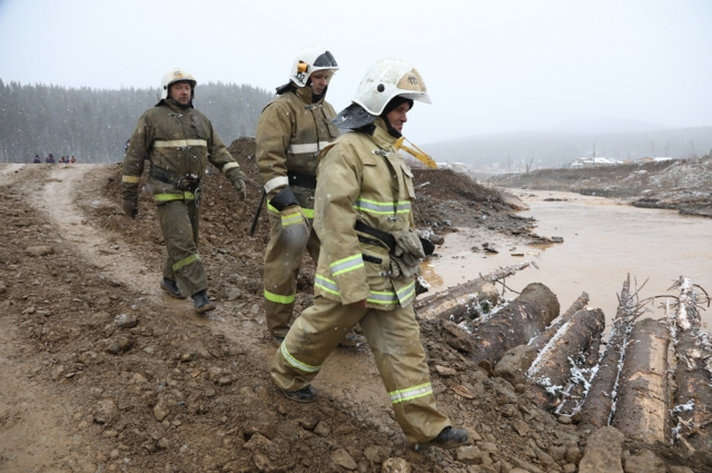 Спасатели на месте трагедии появились только через четыре часа после случившегося.