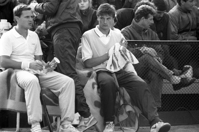 Кубок Дэвиса - международные командные соревнования в мужском теннисе. Члены сборной команды СССР по теннису Александр Зверев (слева) и Александр Волков.
