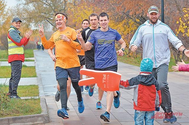 В оранжевой футболке– Алексей Потряхаев, один изорганизаторов parkrun Бутово.