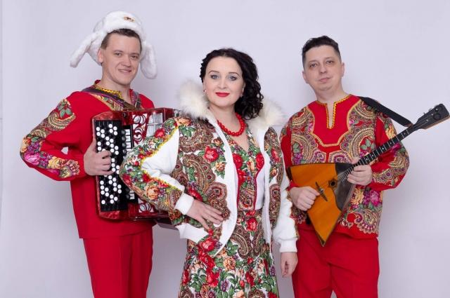 Группа «Дэнс-Балалайка»: Марина Болдырева, баянист – Дмитрий Комагоров и BalalaiMAN Станислав Болдырев.