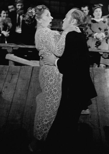 Сцена из спектакля Бенефис в театре на Таганке. На сцене актриса театра и кино Инна Ульянова. 1973 год