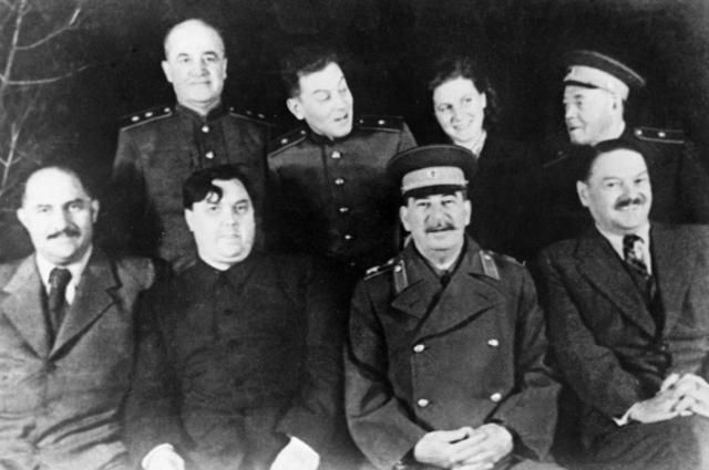 Советские партийные деятели Лазарь Каганович, Георгий Маленков, Иосиф Сталин, Андрей Жданов (слева направо в первом ряду) на даче И. Сталина в Кунцево, 1947 год