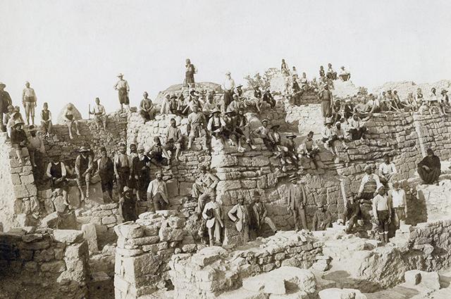 Раскопки под руководством Генриха Шлимана и Вильгельма Дёрпфельда на холме Гиссарлык. На фото запечатлены каменные глыбы из стены, окружавшей Трою, описанную Гомером