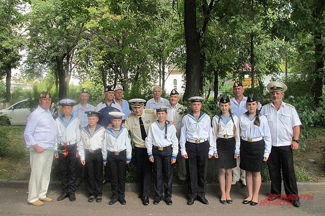 Ветераны, члены экипажа «К-19», с кадетами из Ярославля, учениками школы №50, названной в честь одного из погибших матросов подлодки - Валерия Харитонова.