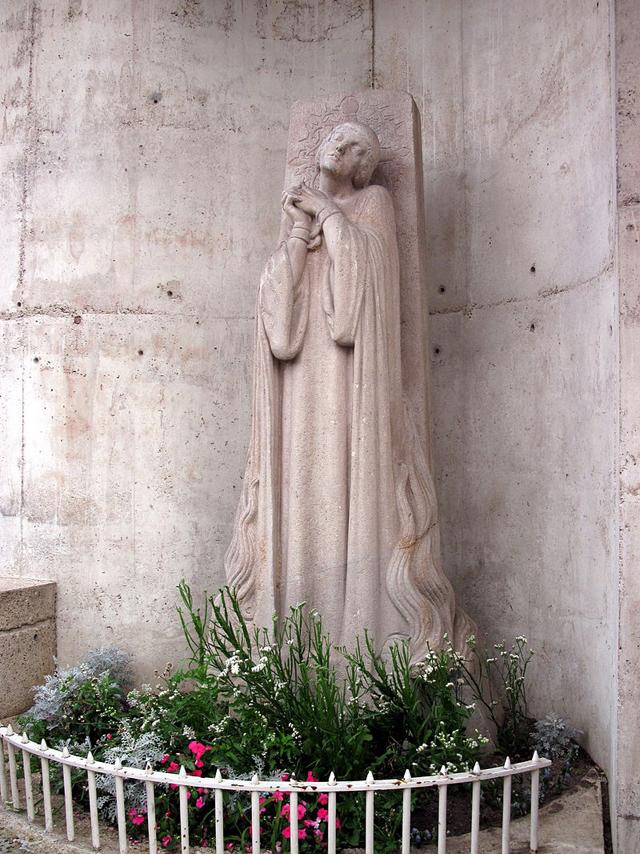 Памятник у места казни Жанны (1928).
