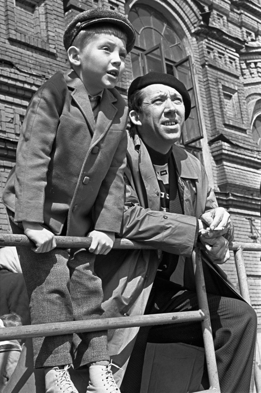 Народный артист СССР Юрий Никулин с сыном Максимом на Красной площади.