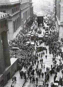 Толпы людей собираются у здания биржи сразу же после биржевого краха 1929 года
