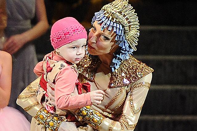 Балерина Илзе Лиепа с дочерью Надеждой на своем бенефисе на Новой сцене Большого театра в Москве.