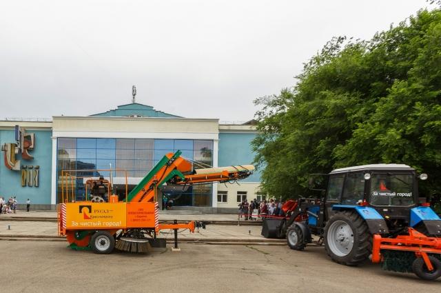 Уже этим летом новые машины выйдут на уборку улиц Советского района.