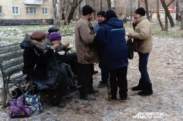 Среди бездомных есть и женщины.
