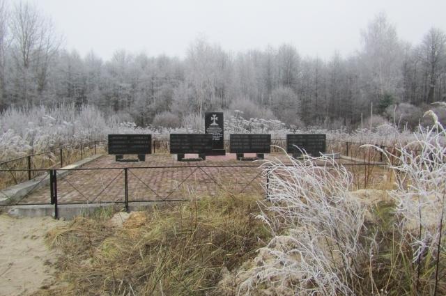 Родственники погибших установили на месте падения самолёта небольшой мемориальный комплекс