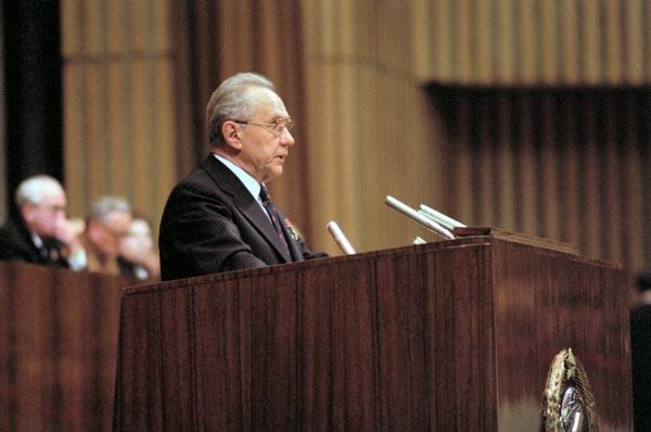 Алексей Косыгин выступает на XXV съезде КПСС в Кремлевском Дворце съездов с докладом об Основных направлениях развития народного хозяйства СССР на 1976-1980 годы, 1976 год