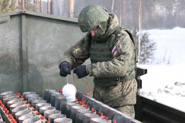 Подготовка военных к праздничному фейерверку 23 февраля