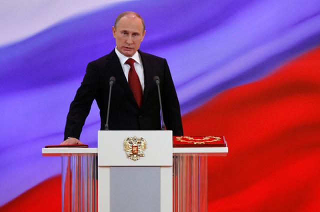 Владимир Путин произносит текст присяги во время церемонии инаугурации 2012 г.