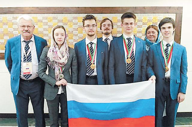 Победители Международной биологической олимпиады и руководитель сборной профессор МГУ Александр Рубцов.