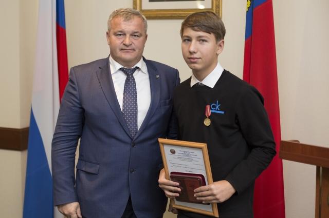 Александр Бакуров получил награду из рук и.о. первого заместителя губернатора Кемеровской области Вячеслава Телегина.
