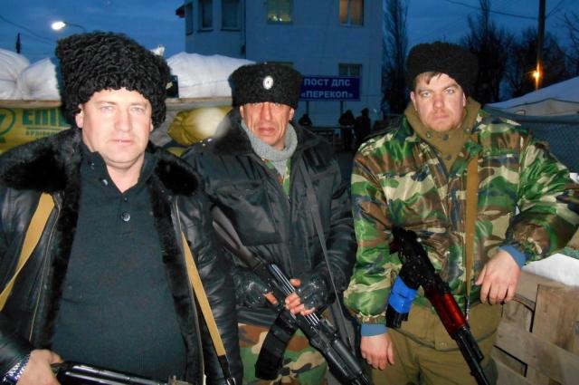Андрей Агапов (в центре) с товарищами на фоне здания поста ДПС «Перекоп».