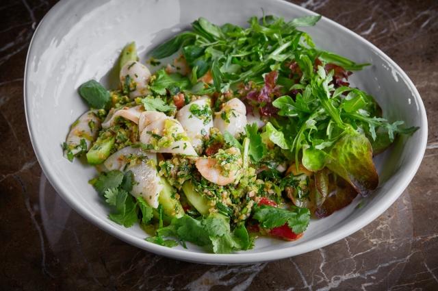 Зеленый салат с морепродуктами