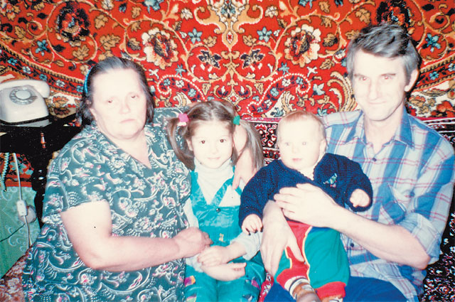 Бабушка Мария Афанасьевна, Нюша, Мария, дедушка  Вячеслав Анатольевич в щукинской квартире.