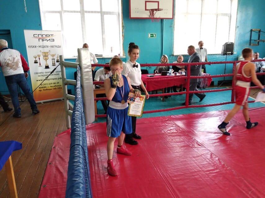 Анастасия работает рефери на боксерских поединках.