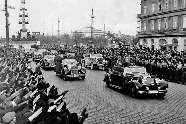 Жители Вены приветствуют Адольфа Гитлера.