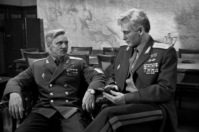 Кадр из кинофильма Офицеры : Василий Лановой (справа) в роли Ивана Вараввы, 1971 г