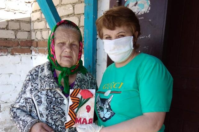 С утра Ирина садится в свою машину и едет в соседнее село к своим бабушкам.