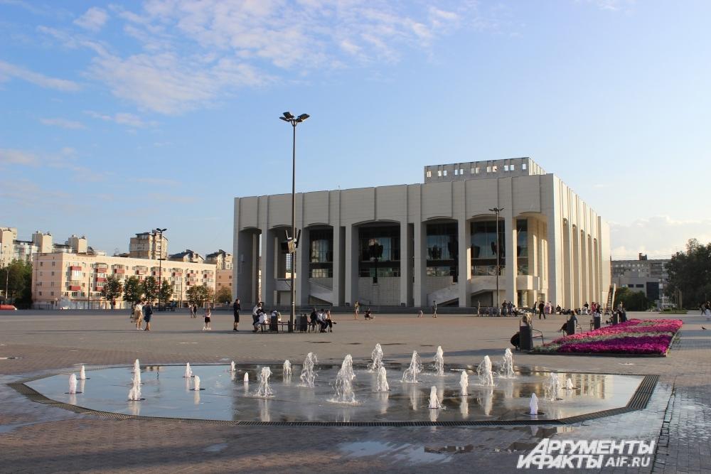 Светомузыкальный фонтан перед Театром-Театром по вечерам даёт свои представления.