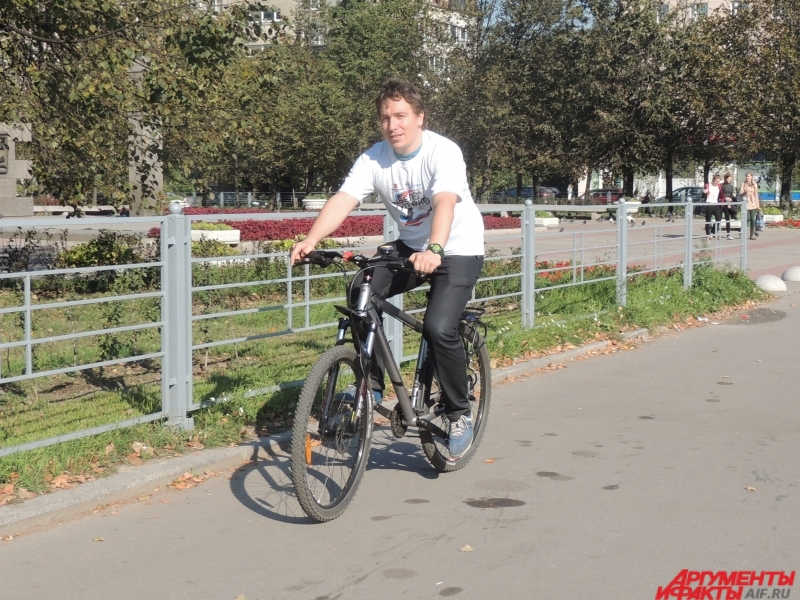 Петербуржец предпочитает ездить на велосипеде по тротуару
