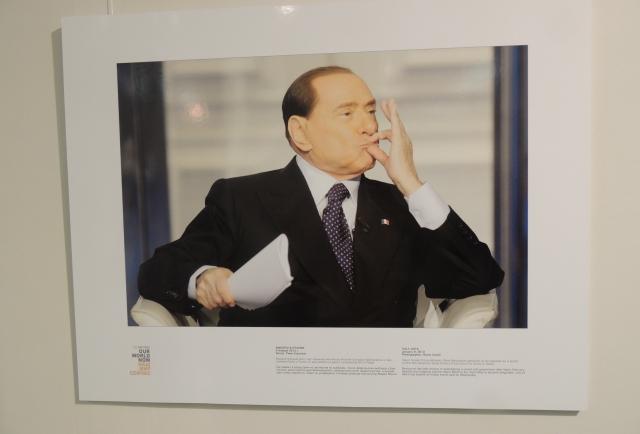 Берлускони отправляет воздушный поцелуй. Фото агентства Рейтерс