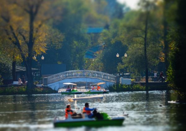 Посетители отдыхают в Парке Горького в Москве