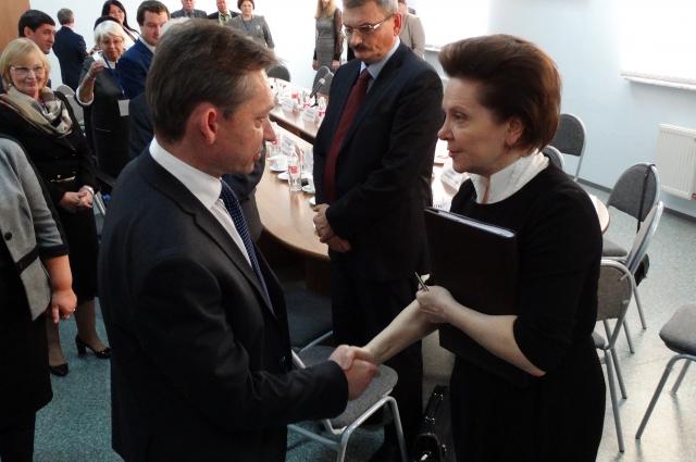 19 ноября 2015 года. Губернатор Югры Наталья Комарова поздравляет Дмитрия Попова с избранием на второй срок.