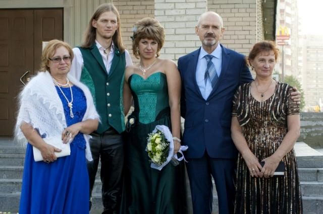 Сначала родителей пары не хотели пускать на регистрацию брака их детей.