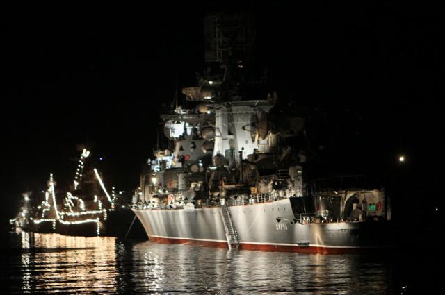 Корабли «Сметливый» (второй) и «Керчь» Черноморского флота Российской Федерации.