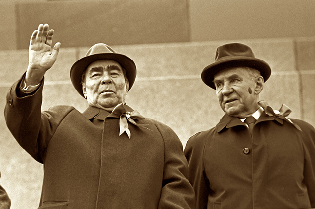 Леонид Брежнев и Алексей Косыгин на трибуне мавзолея, 1976 г