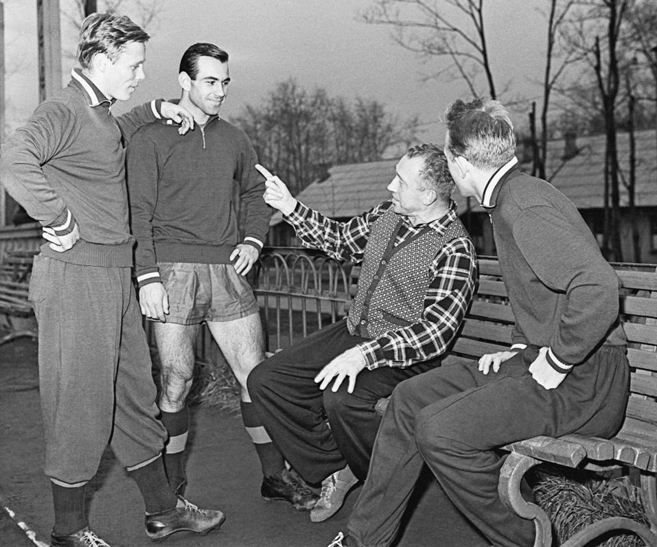 Борис Аркадьев беседует с футболистами во время тренировки, 1959 г.
