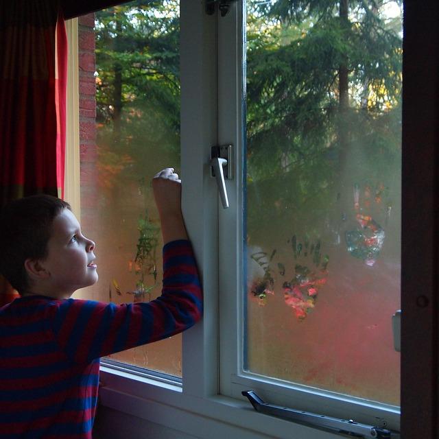 Эксперты советуют установить на окно замок.