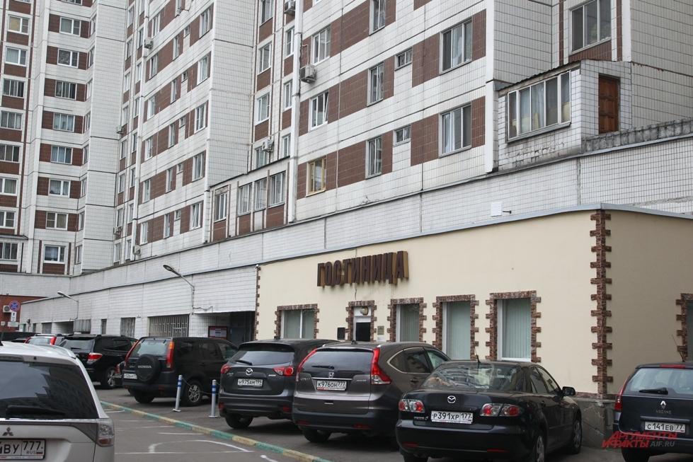 Если помещение на 1-м этаже принадлежит дому, доход от его сдачи в аренду под гостиницу делится между всеми жильцами.