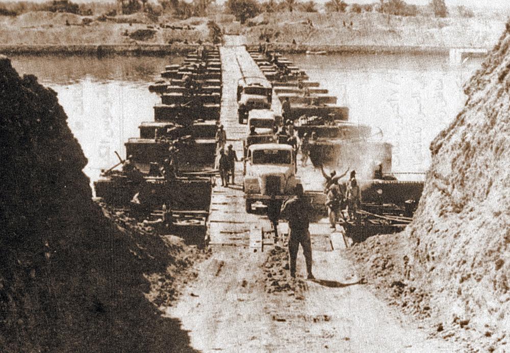 Египетские войска пересекают Суэцкий канал 7 октября 1973 года.