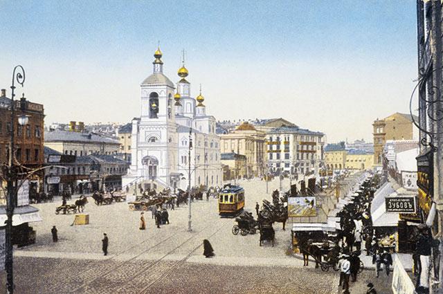 Улица Охотный ряд в Москве. Слева — церковь Параскевы Пятницы (снесена в 1928 г., теперь на этом месте Госдума), справа — торговые ряды.