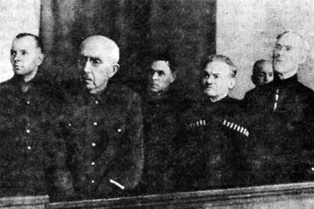 Судебный процесс (15—16 января 1947 года). Первый ряд: П. Н. Краснов, А. Г. Шкуро, С.-Г. Клыч. Второй ряд: Г. фон Паннвиц, С. Н. Краснов, Т. Н. Доманов
