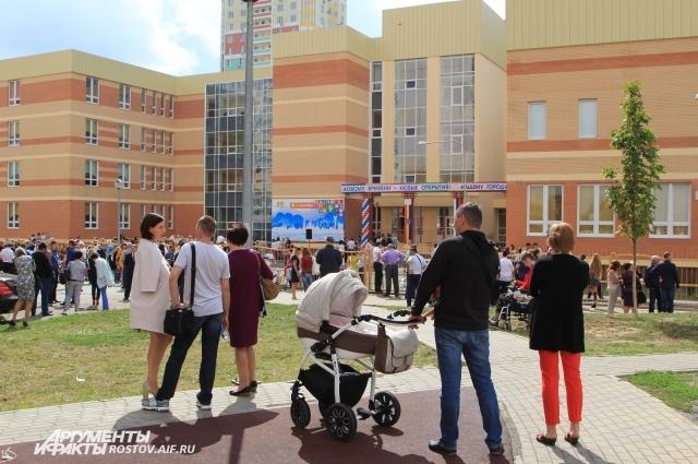 Школа-гигант расположена в новом спальном районе города-миллионника.