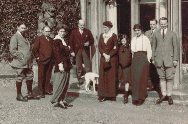 Николай Жонсон (крайний справа) со своей семьёй.